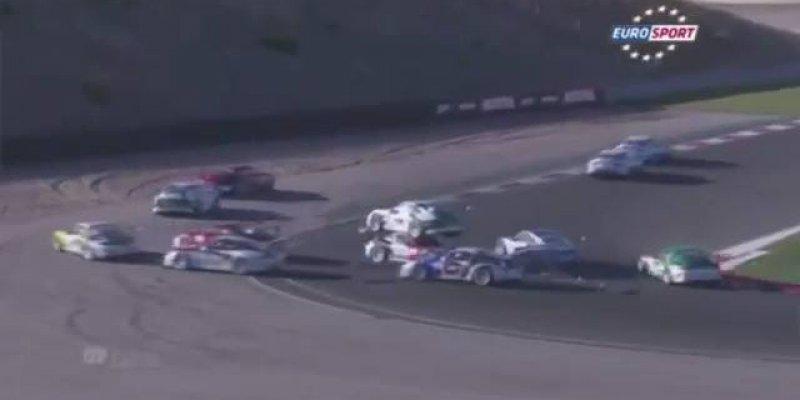 Carro de corrida sobe em cima de outro carro depois da largada!