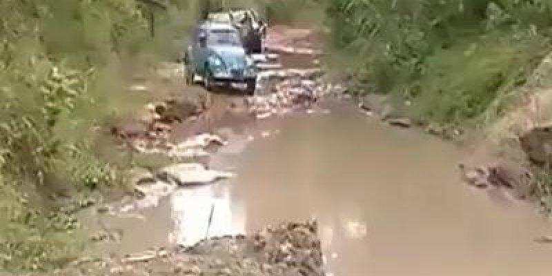 Fusca passando por muita lama e água, não é qualquer carro que faz isso não!