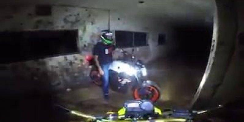Amigos andando de moto dentro de um hospital abandonado e são surpreendidos!
