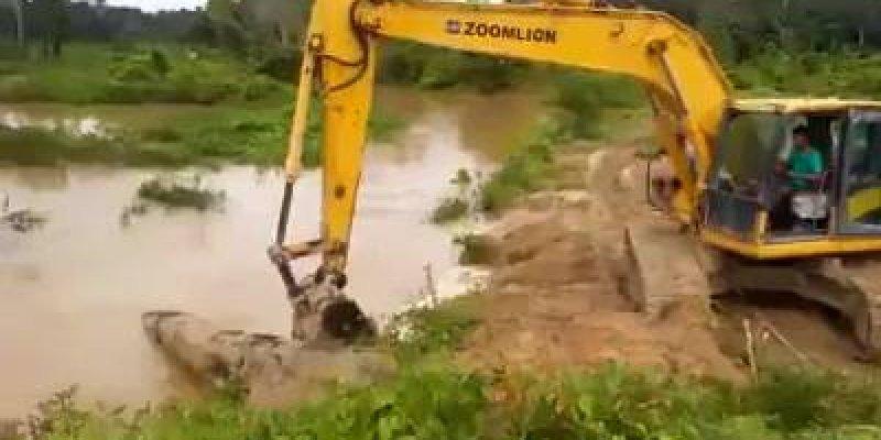 Operador de escavadeira faz lambança, alguém entende o que ele fez?