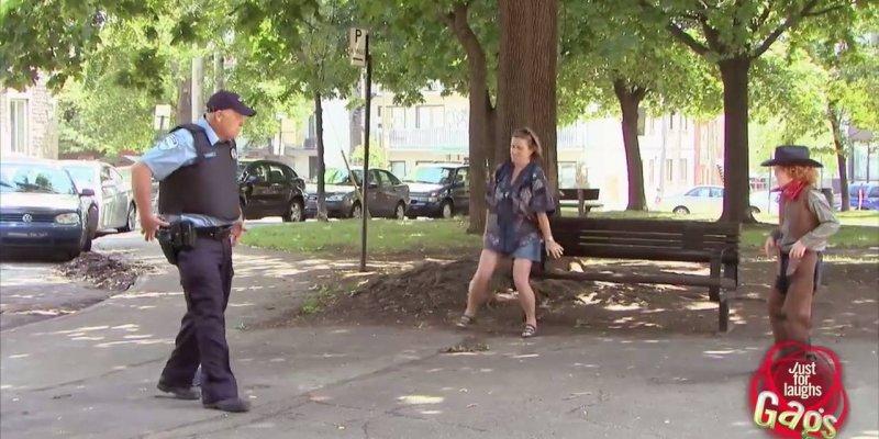 Pegadinha do duelo entre um garoto e um policial, confira!