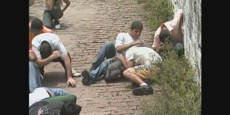 Pegadinha Olha o Tiro, pegando as pessoas de surpresa no beco kkk!