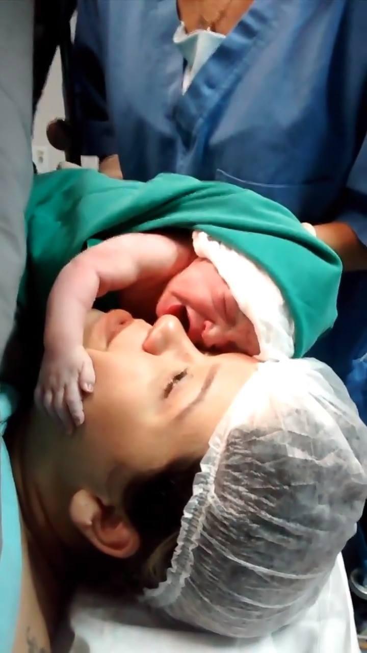Bebê Acaba De Nascer E Abraça O Rosto De Sua Mãe E Ai De Quem Tentá