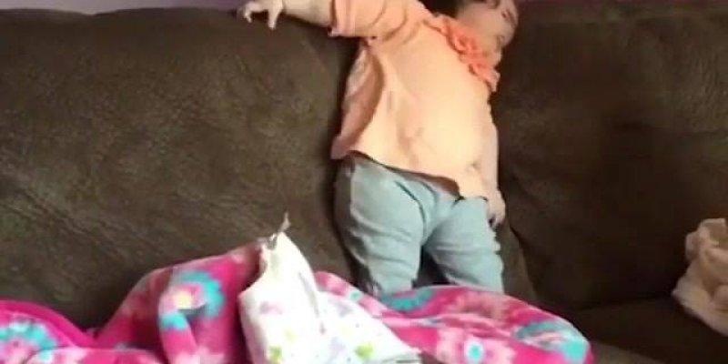 Bebezinha aprendendo a ficar de pé, olha só que engraçadinha!!!