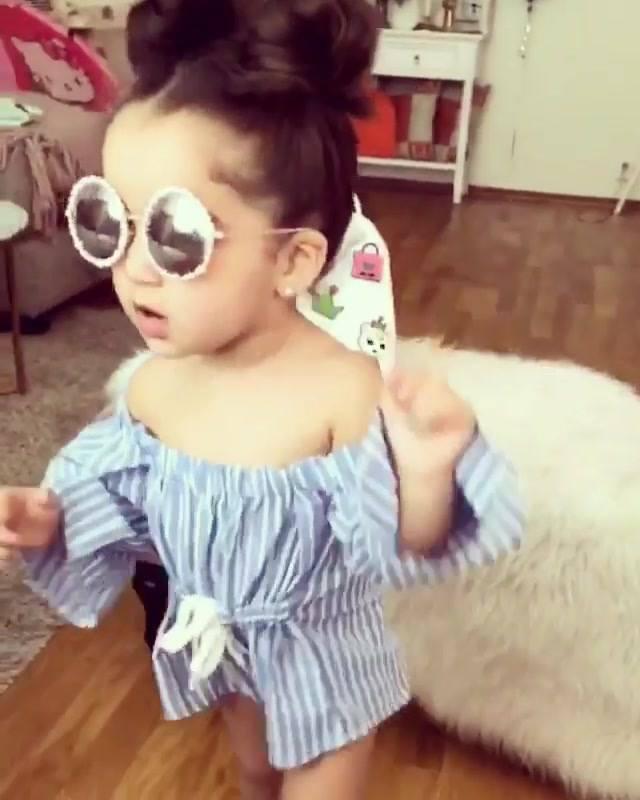 616bc5ecf1fc1 Criança estilosa dançando, ela usa óculos escuro gente!