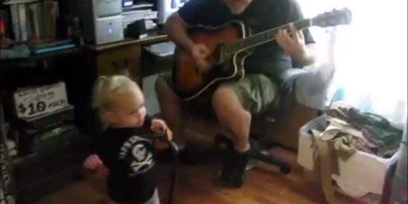 Criança que será cantora de rock no futuro, alguém vai discordar?