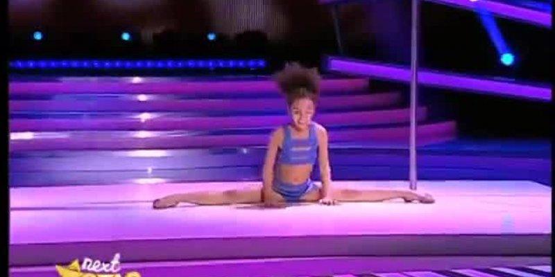 Que garota incrível essa garotinha!! Muito boa como dança pole dance!!