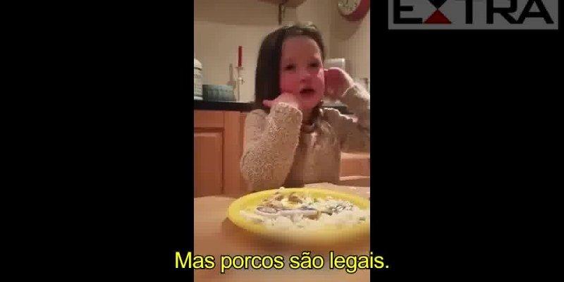 Muito comovente a forma como essa garotinha chora para não comer carne !!