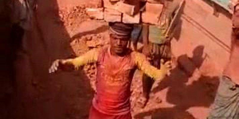 Homem carregando um pilha de tijolos na cabeça, é impressionante!!!
