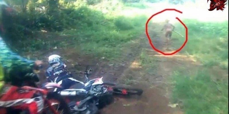 Câmera de um motociclista flagra humanoide que cruzou o caminho de uma das motos