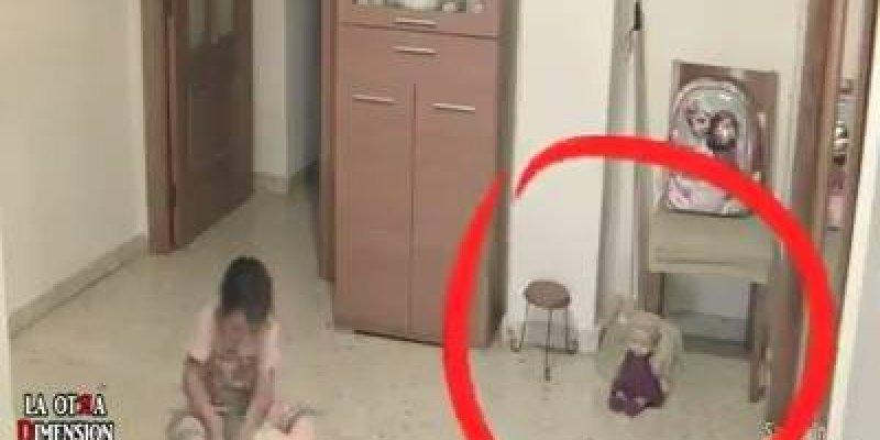 Pai coloca câmeras em sua casa para ver o que estava acontecendo com sua filha!