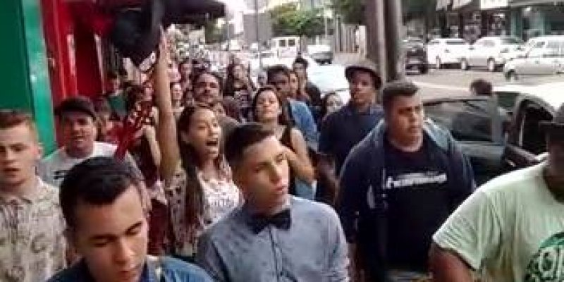 Jovens saem nas ruas adorando a Deus, por mais jovens assim!