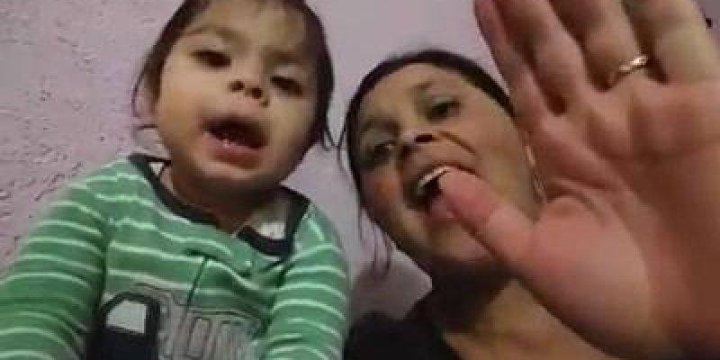 Mãe e filha bebê adorando a Deus, que coisa mais linda gente!