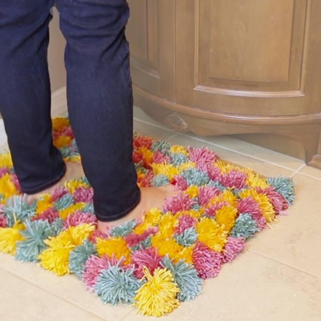 Como fazer um tapete de pompom para seu quarto ou banheiro! c7f555aad36
