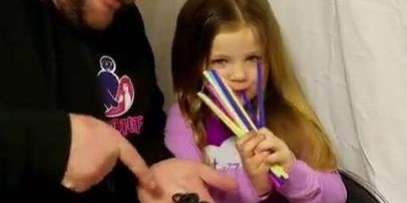 Momento fofura do dia, veja o que este papai esta fazendo no cabelo de sua filha
