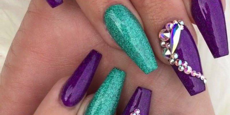 Vídeo com inspiração de unhas roxa com verde holográfico, simplesmente lindas!!!