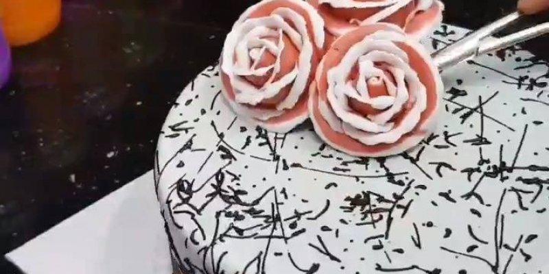 Bolo decorado com rosas e laço vermelho, que trabalho mais lindo!