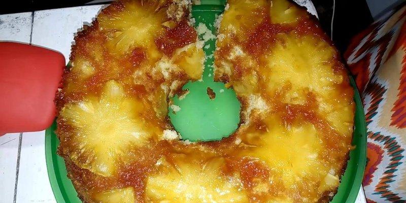 Receita de Bolo de Abacaxi Caramelizado, que delicia de ideia!